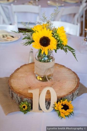 centros de mesa de girasoles para boda al aire libre