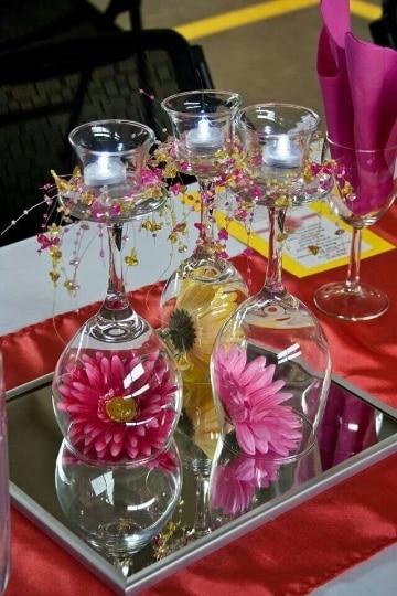 centro de mesa con copas y flores lindos