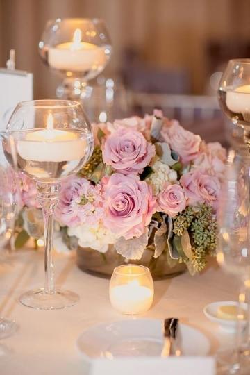 centro de mesa con copas y flores para bodas