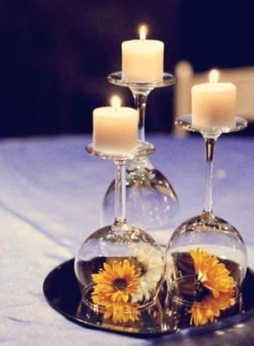 centro de mesa con copas y flores para quinceaños