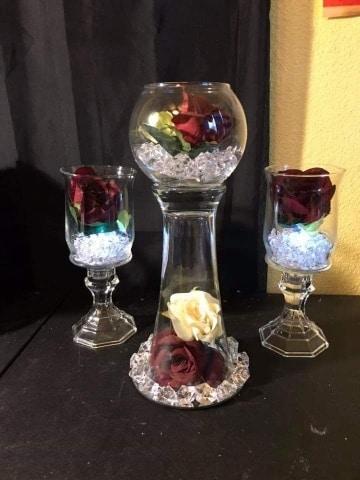 centro de mesa con copas y flores sencillos