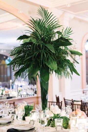 centros de mesa con hojas verdes para matrimonios