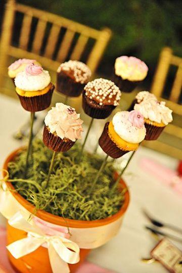 centro de mesa con caramelos y cupcakes