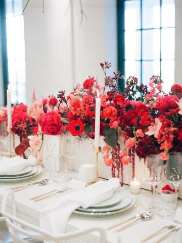 centros de mesa con flores rojas sencillas