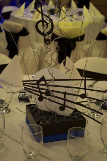 centros de mesa con notas musicales para matrimonios