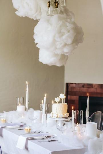 centros de mesa con nube y rosas colgantes