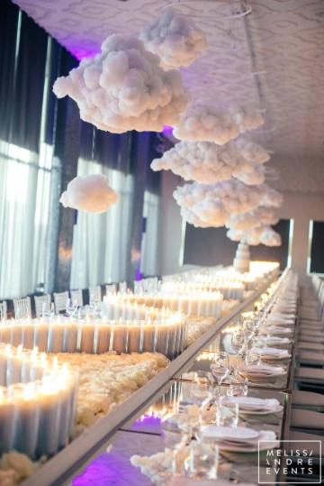 centros de mesa con nube y rosas grandes