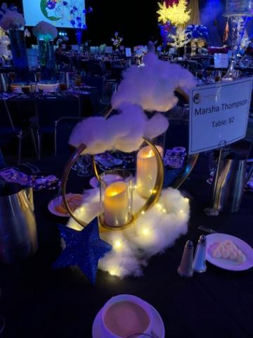 centros de mesa con nube y rosas sencillos