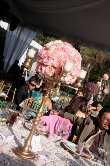 centros de mesa rosa con dorado para bodas