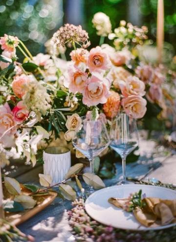 centros de mesa rosa con dorado para matrimonios