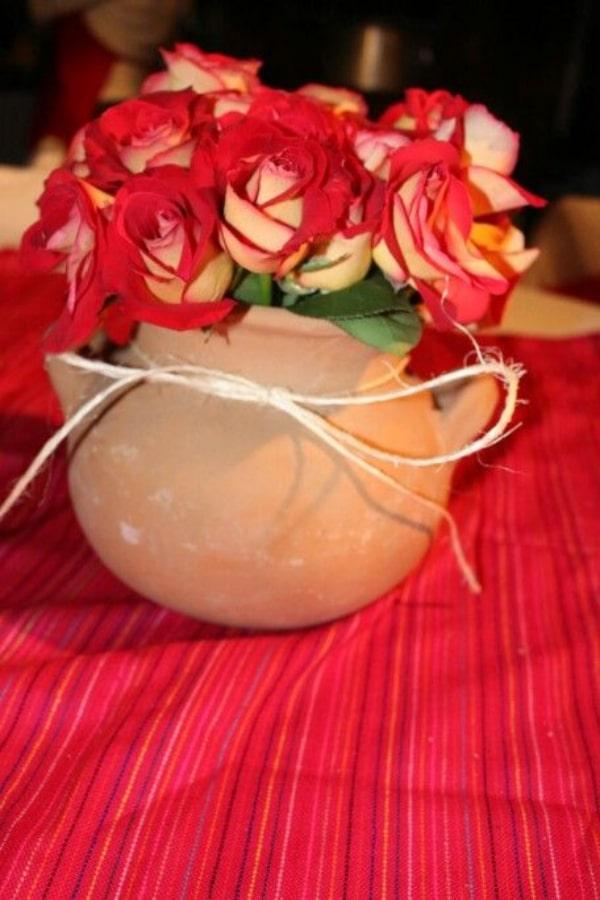 centros de mesa con jarritos de barro con flores