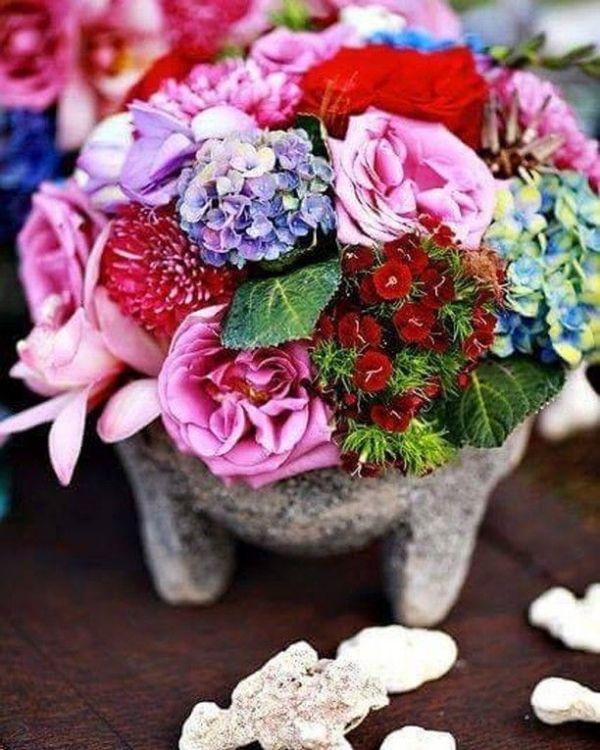 centros de mesa con molcajetes con flores