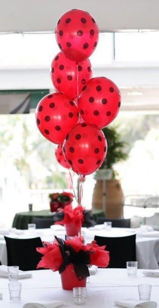centros de mesa de ladybug con globos