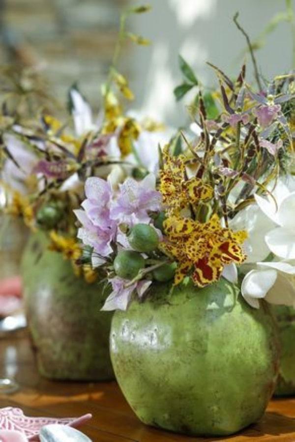 Centros de mesa con cocos Y flores