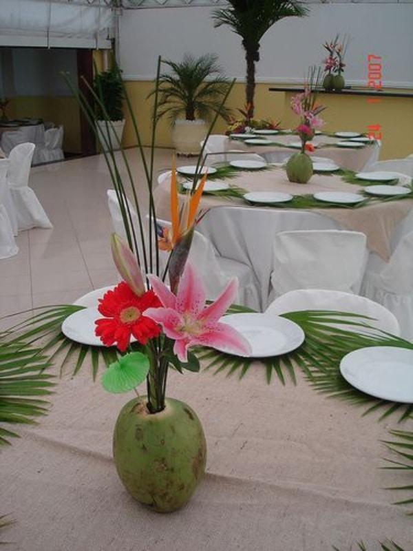 Centros de mesa con cocos para fiestas