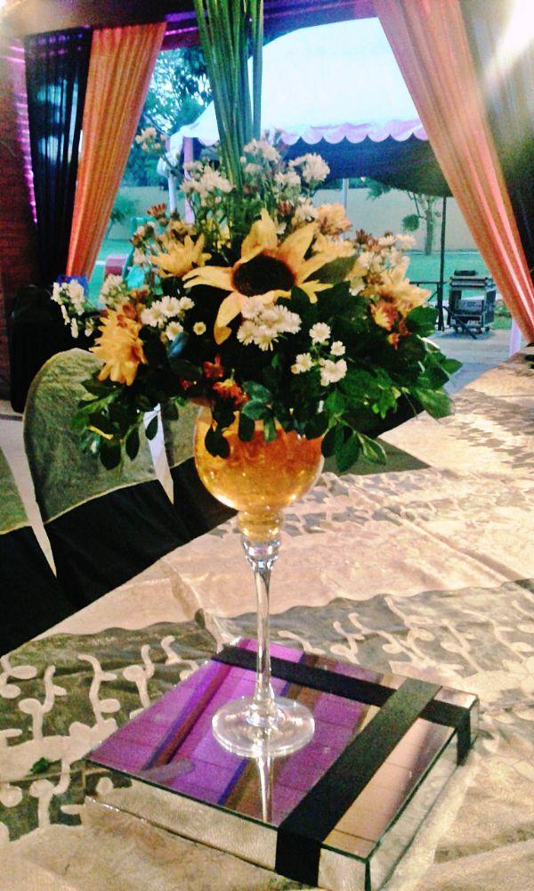 centro de mesa negro y dorado para quinceaños