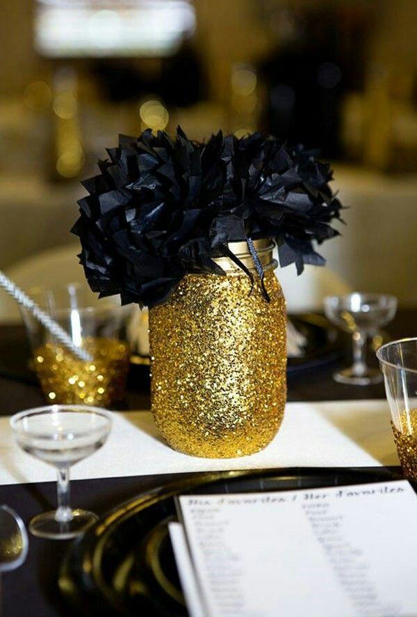centro de mesa negro y dorado sencillo