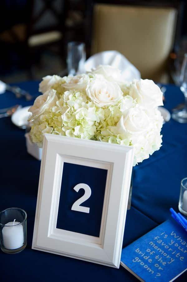 centros de mesa azul marino con blanco