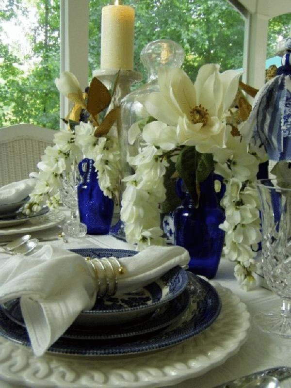 centros de mesa azul marino con botellas