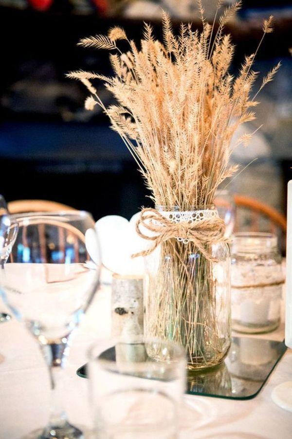 centros de mesa con mason jars con hojas secas