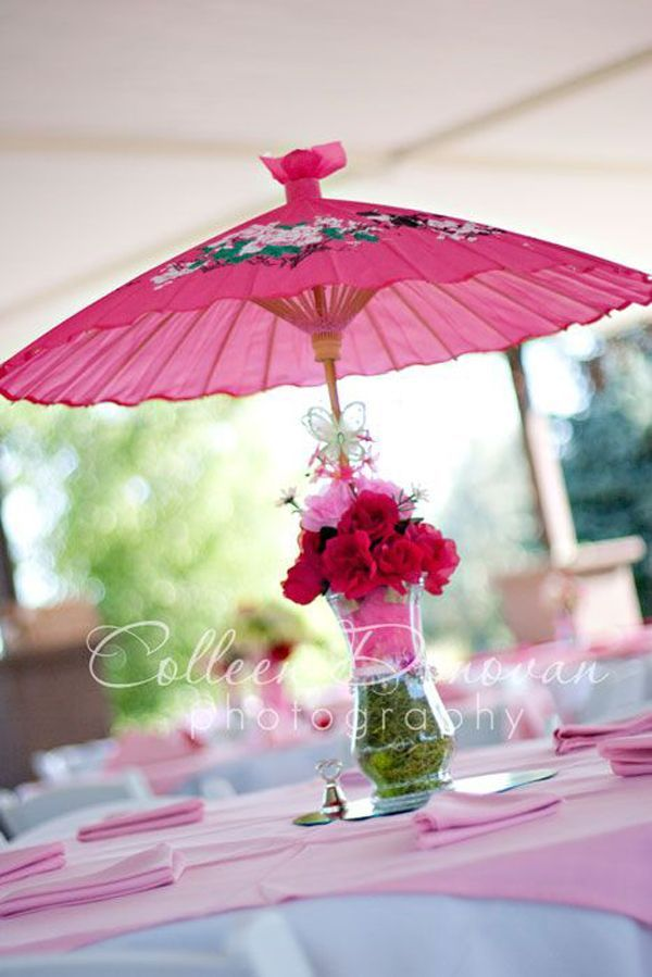 centros de mesa con sombrillas rosadas