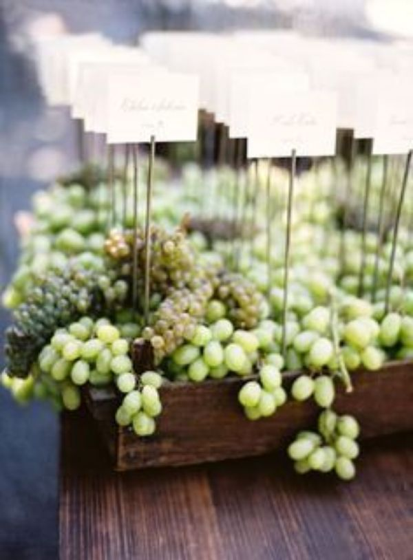 centros de mesa con uvas verdes