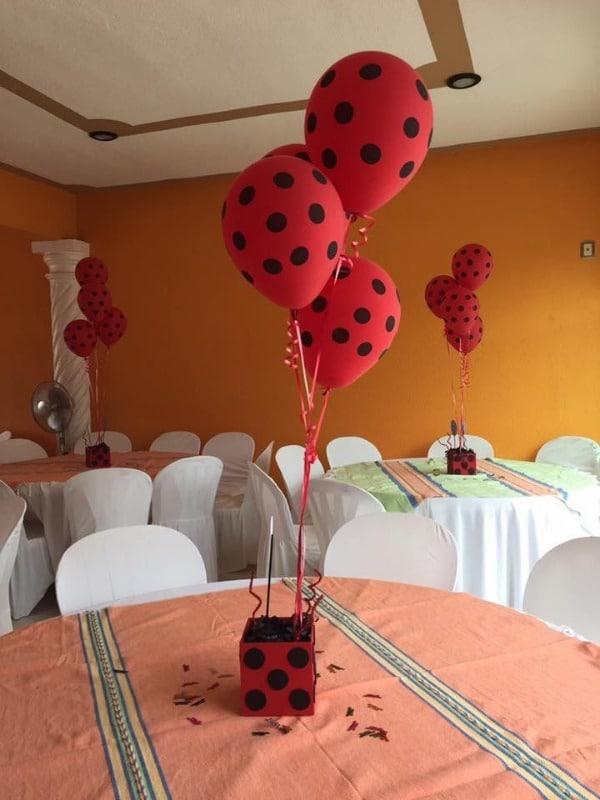 Centro de mesa de miraculous con globos