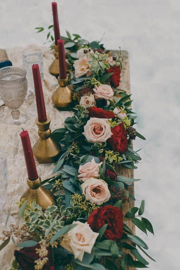 centros de mesa alargados morado con rosas