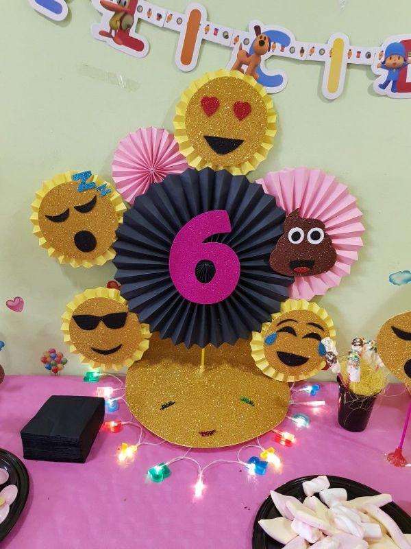 centros de mesa de emojis con cartulina