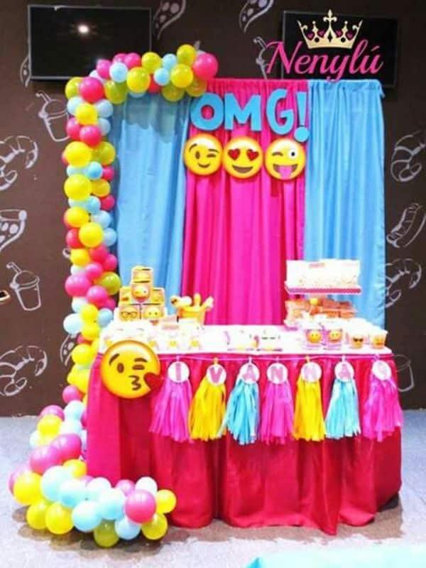 fiestas de emojis para niñas como decorar