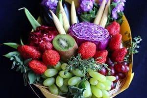 2 tipos de centros de mesa con fresas para fiestas